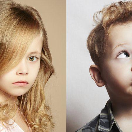 Deux enfants bien coiffés sont côte à côte