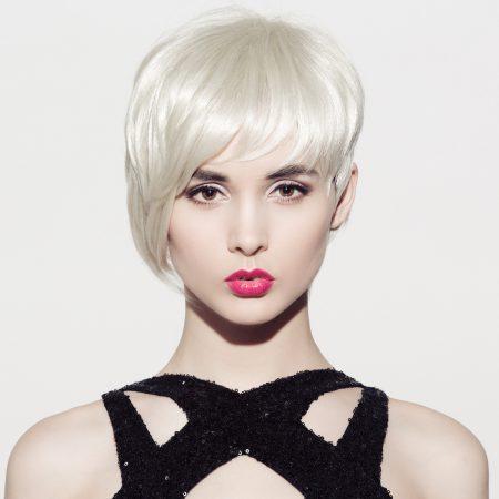 Une femme blonde platine, bien coiffée